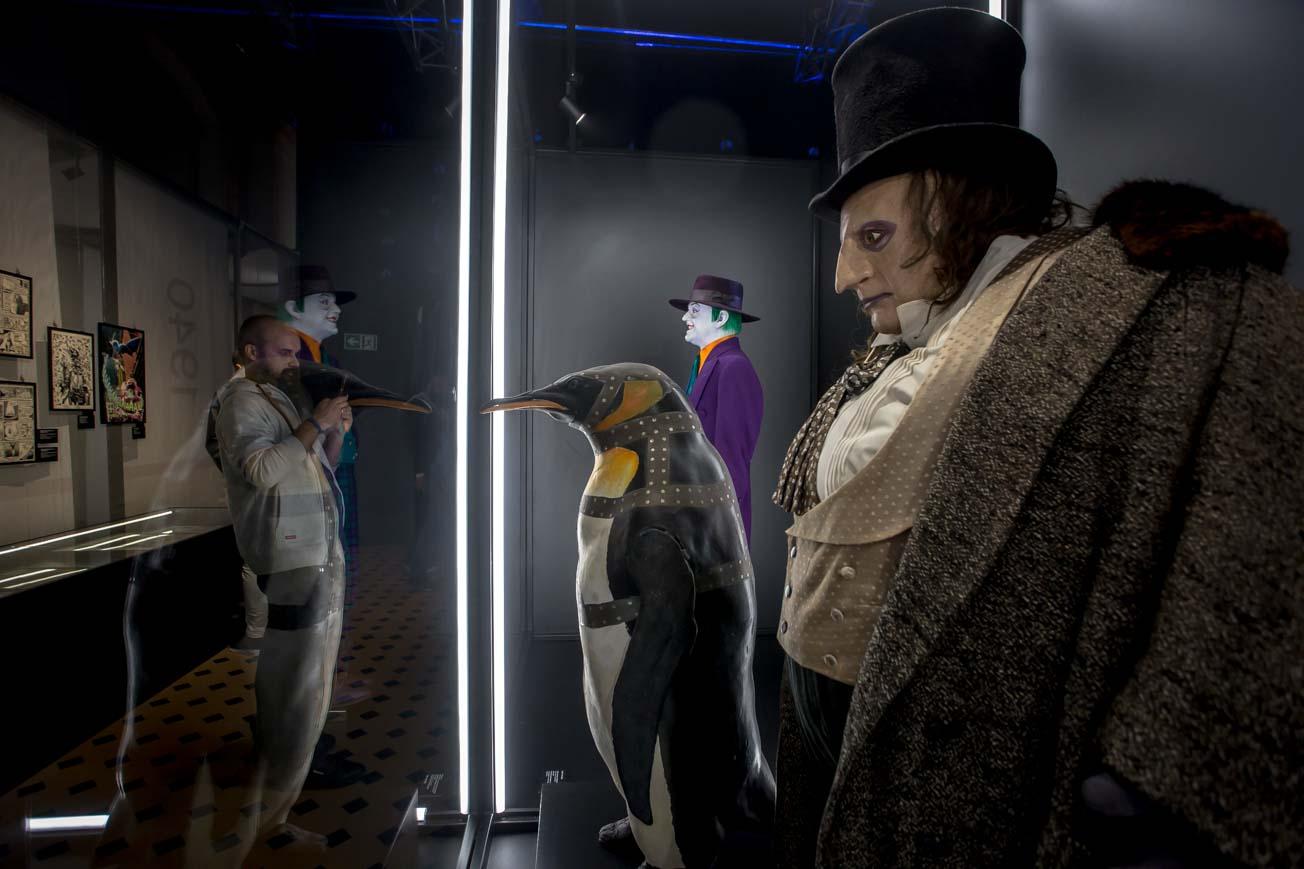 """Pingwin na wystawie """"Sztuka DC. Świt superbphaterów"""""""